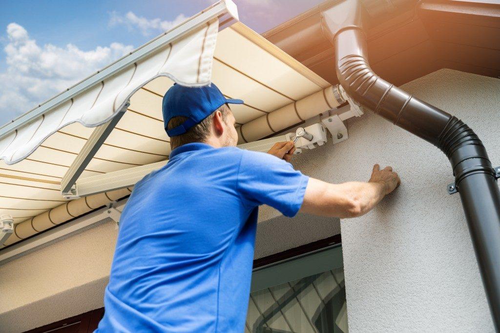 man installing screws
